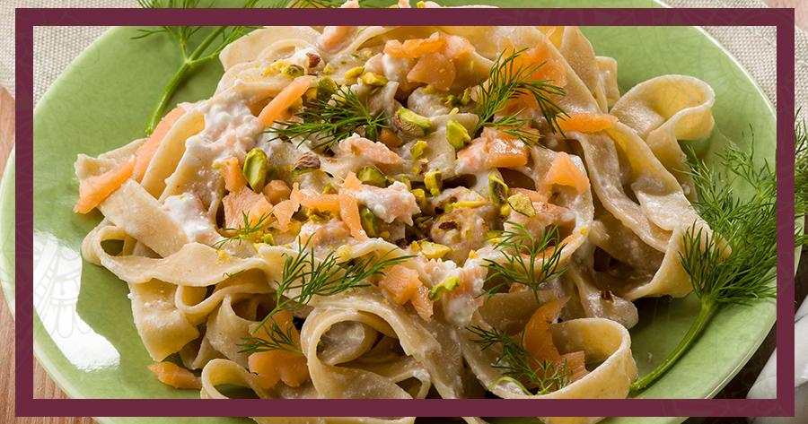 Tagliatelle con Pesto di Pistacchio Verdì e Salmone